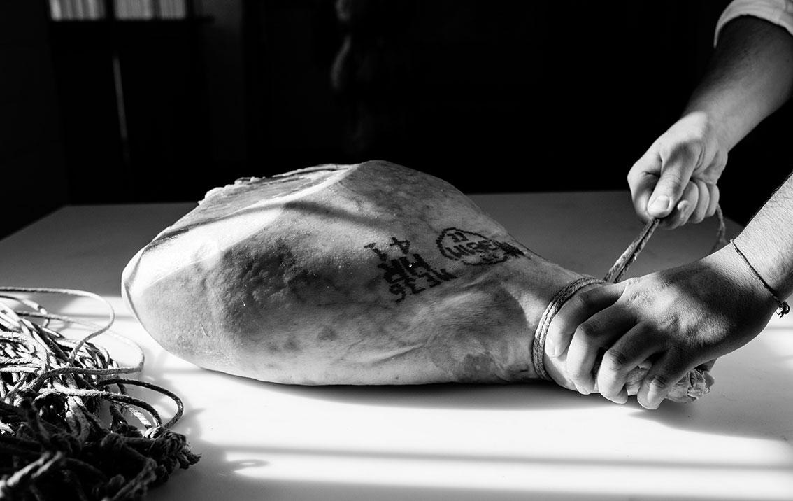 Le cosce fresche, come indicato nel disciplinare della DOP del Prosciutto di Parma, provengono esclusivamente da maiali nati e allevati in Italia.
